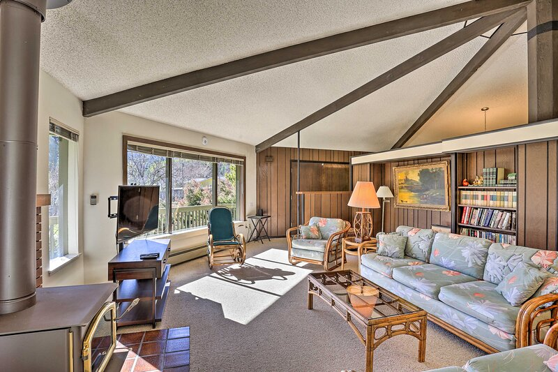 NEW! Woodsy Willow Creek Getaway w/ Pool & Deck!, holiday rental in Salyer