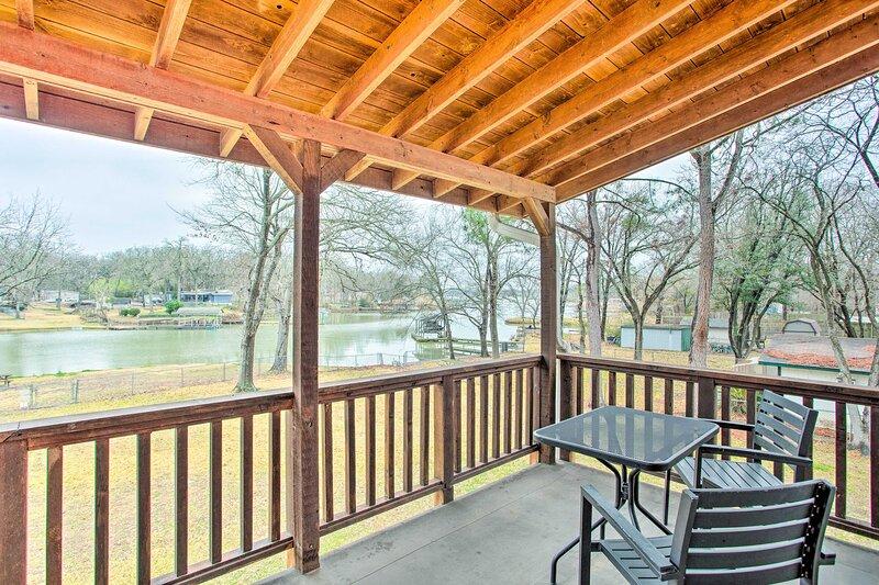 NEW! Spacious Lakefront Home with Deck & Fire Pit!, location de vacances à Kemp