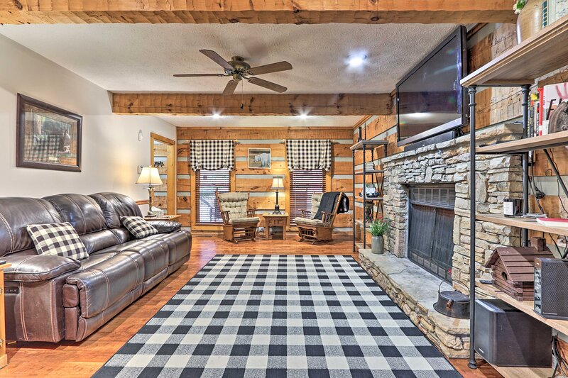 NEW! Country Cabin w/ Hot Tub, 12 Mi to Dollywood!, location de vacances à Pigeon Forge
