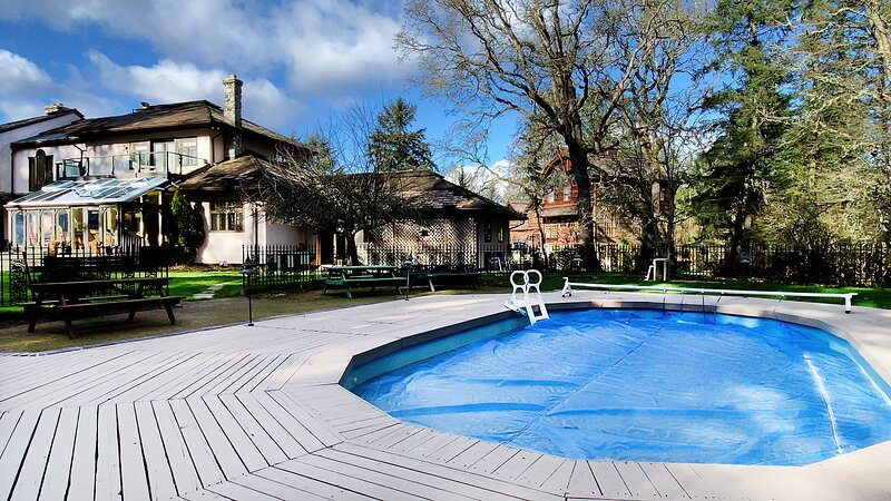 Deep Cove Retreat with Swimming Pool, holiday rental in North Saanich