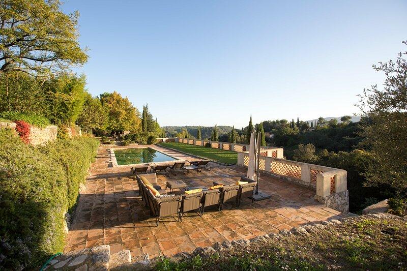 Big villa with swimming-pool & Wifi, vacation rental in La Roquette-sur-Siagne