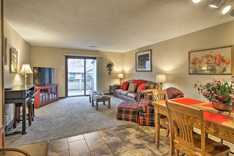 NEW! Ideally Located Bella Vista Townhome w/ Deck!, holiday rental in Noel