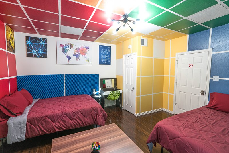 East Downtown Rubiks Studio. ✓EXCELLENCE+VALUE✓, holiday rental in Pasadena
