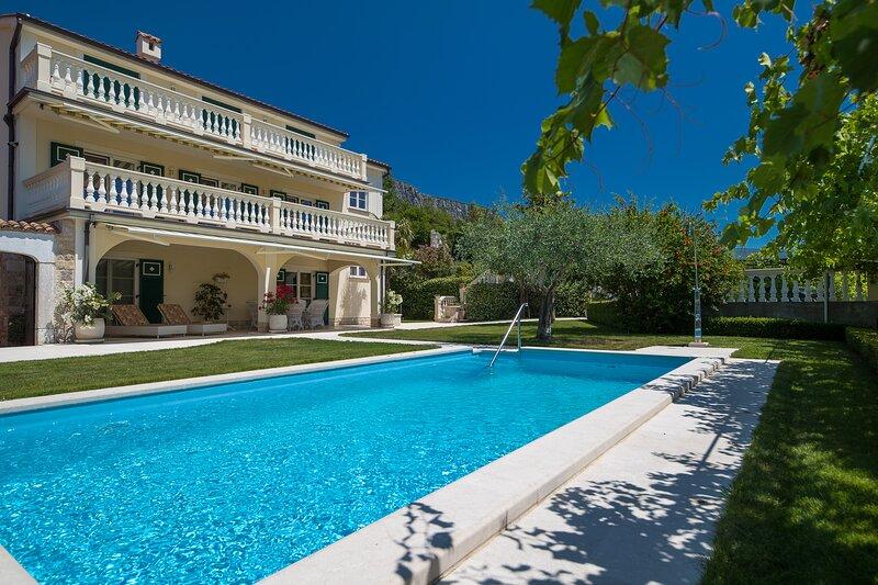 Villa Mediterran; Luxus für bis zu 14 Pers. mit Pool, Kamin, Außenküche + Grill, holiday rental in Bribir