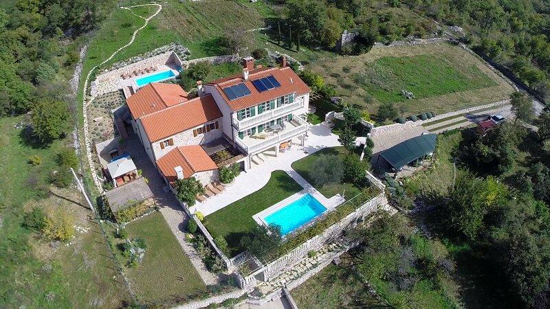 Domaine VinodolSun, 1 Grundstück, 2 Villen m. Platz für 20 Personen, holiday rental in Bribir