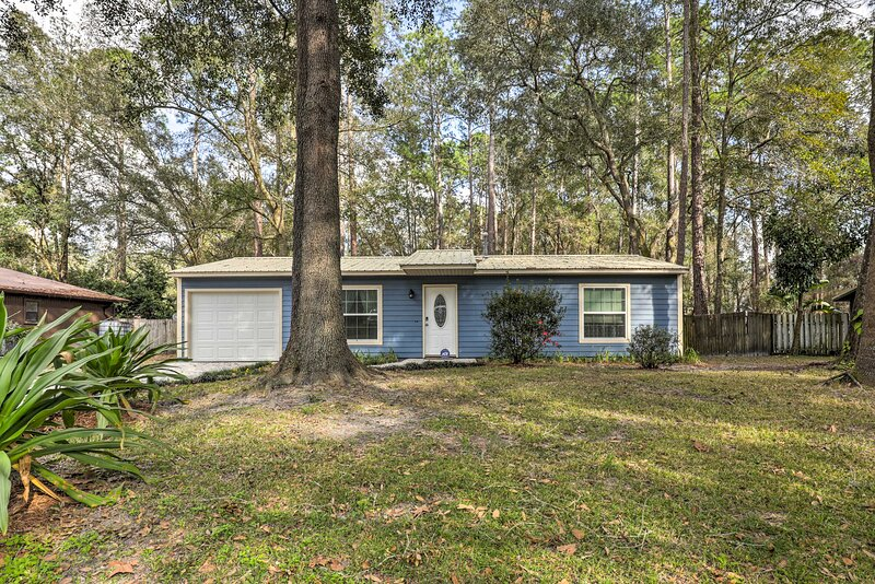 NEW! Gainesville Home: 5 Mi to UF Stadium & Dtwn!, holiday rental in High Springs