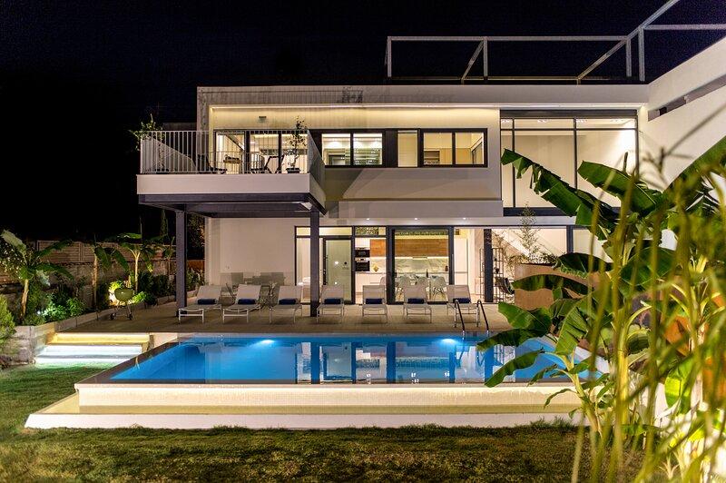 NRG Villas-Enjoy Luxury-only 5' on foot from beach!, alquiler vacacional en Agii Apostoli
