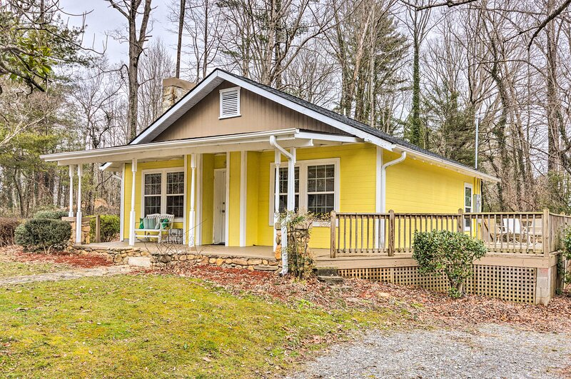 NEW! Charming Hendersonville Home 1 Mi to Main St!, holiday rental in Laurel Park