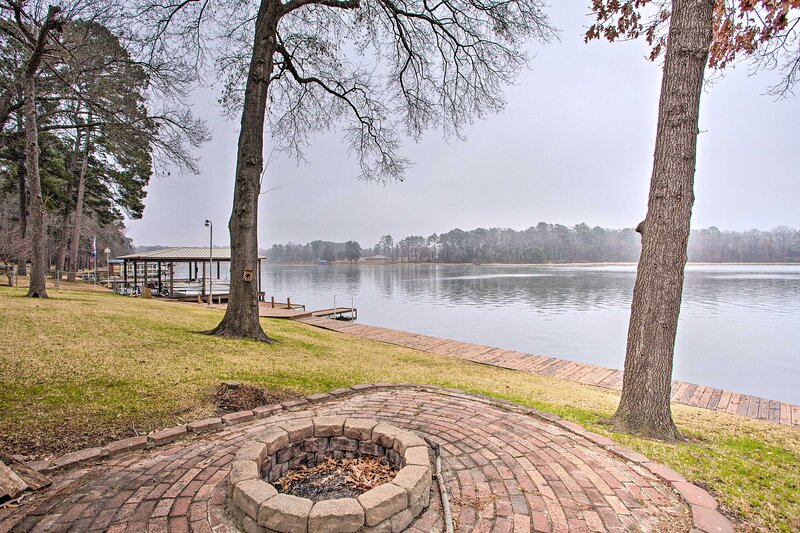 NEW! Colorful Lone Star Lake House w/ Dock & Slip!, vacation rental in Ore City
