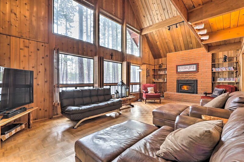 NEW! Woodsy Pinetop Cabin - Hike, Golf & Paddle!, alquiler vacacional en Vernon