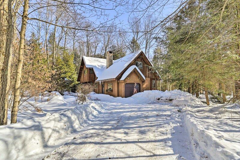 NEW! Secluded Lakefront Cabin w/ Deck: Ski + Hike!, casa vacanza a Pocono Pines