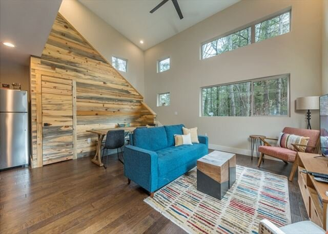 Rainbow Ridge | Chic Pet-Friendly Home With Fire Pit, Deck & Charcoal Grill!, alquiler de vacaciones en Swannanoa