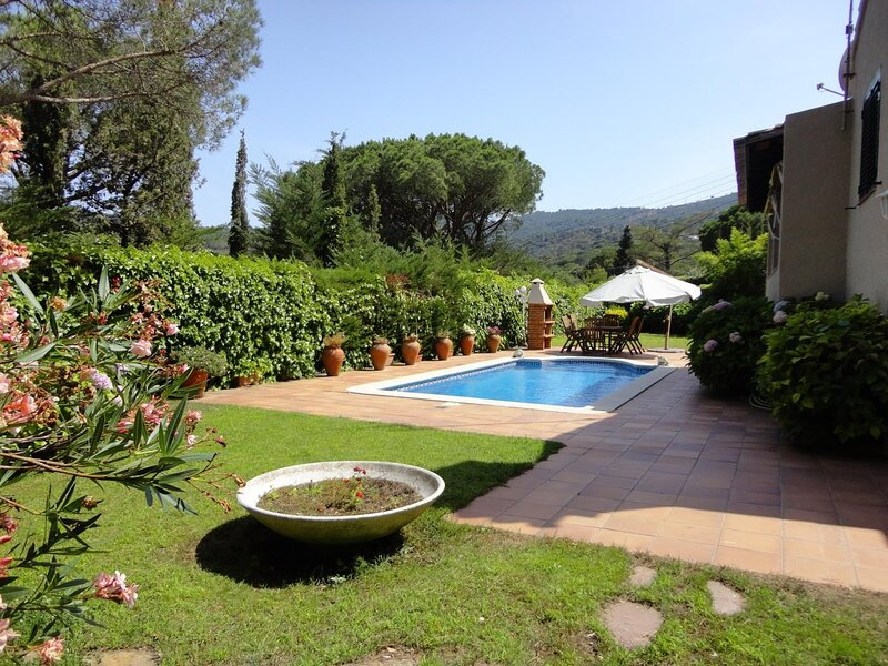 VILLA GOLF- WITH PIVATE POOL AND GARDEN, WIFI, PARKING, holiday rental in Romanya de la Selva