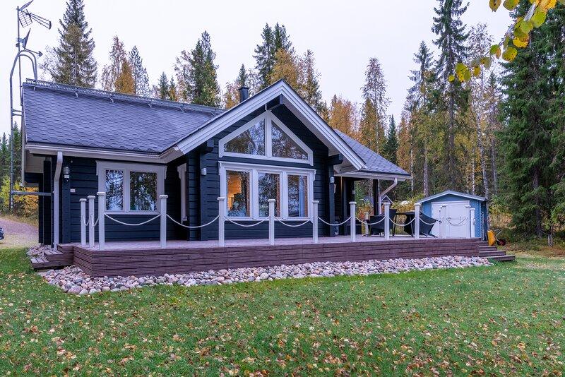 Villa Lähderinne. Modern lakeside cottage, vacation rental in Kainuu