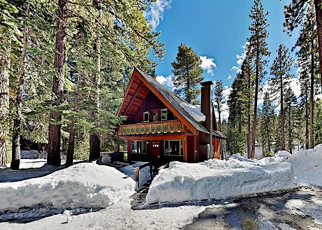 Remodeled Creek-Side Cabin & 100' Private Beach | 1 Mile to Lake, Near Skiing – semesterbostad i Tahoe City