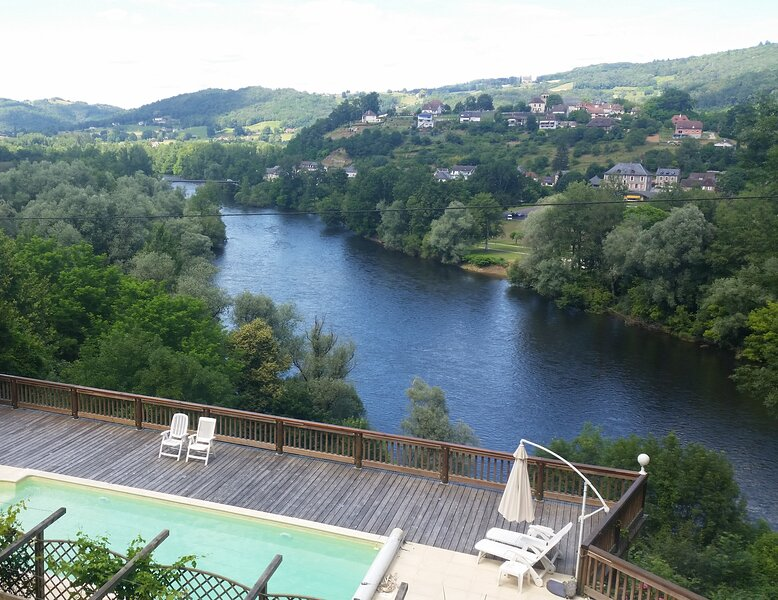 DORDOGNE PANORAMA MAGNIFIQUE. Heated Pool, 2 dbl bedrooms, walk into town centre, location de vacances à Teyssieu