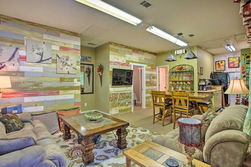 Charming Rowlett Guest Cottage; Walk Downtown, location de vacances à Mesquite