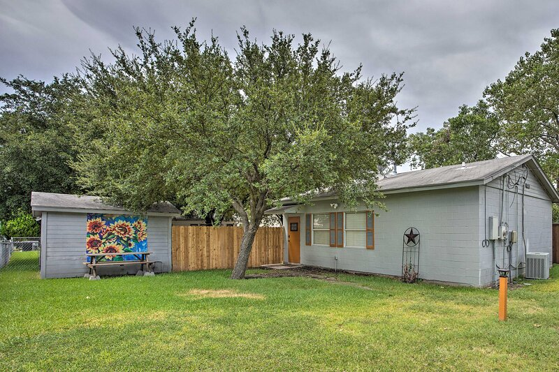NEW! Charming Rowlett Guest Cottage; Walk Downtown, holiday rental in Rockwall