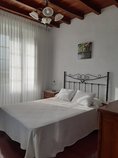 Casa en el rural, traquilidad, amplia, zona verde, a 10km de playa,, holiday rental in Burela
