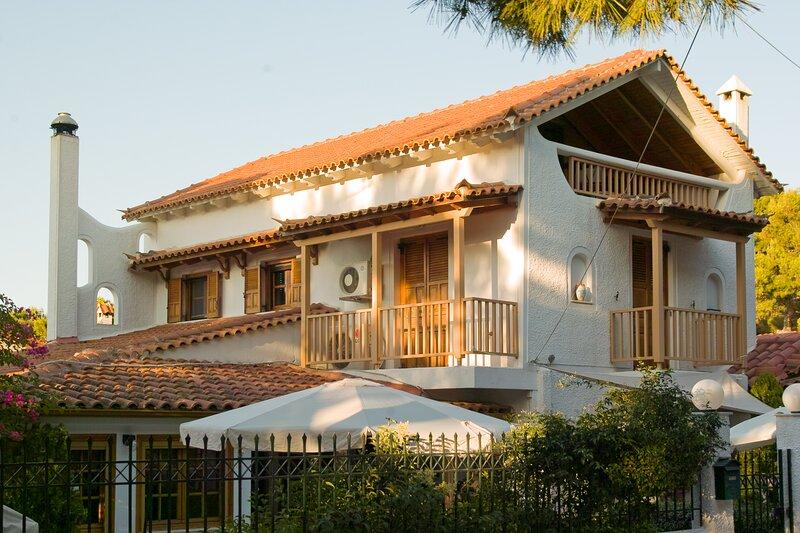 Villa Donna - Unique 3 level home with Garden, alquiler de vacaciones en Rafina