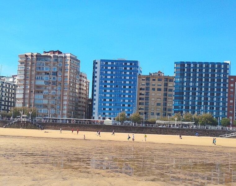 Primera linea Playa de San Lorenzo, holiday rental in Somio
