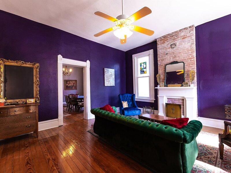 The brick and Morgan: History Meets Modern Brick Home in St. Charles near Main, aluguéis de temporada em Saint Charles