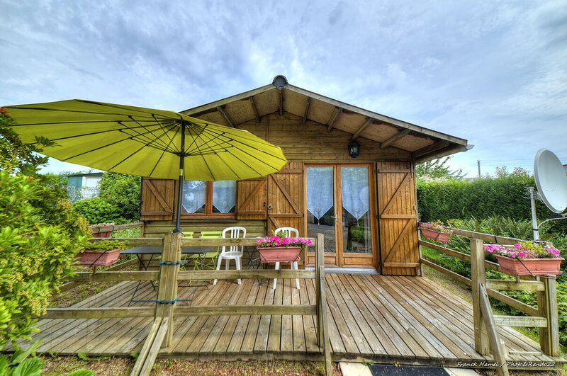 Beautiful chalet with garden & Wifi, holiday rental in La Vicomte-sur-Rance