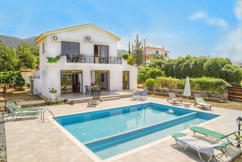 Villa Adonis: Large Private Pool, Walk to Beach, Sea Views, A/C, WiFi, alquiler de vacaciones en Argaka