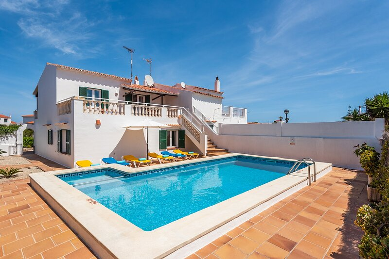 Villa Miguels: Large Private Pool, Walk to Beach, A/C, WiFi, holiday rental in Cala d'Alcaufar