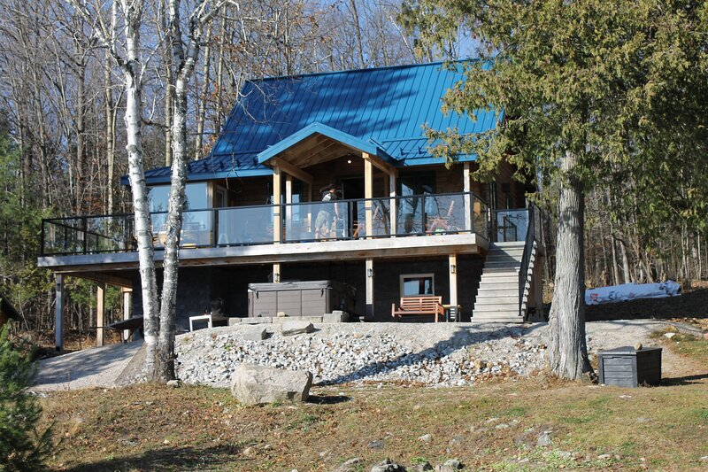 Waterfront 4 season dream log cabin, holiday rental in Outaouais Region