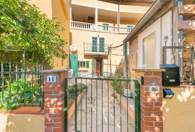 Bright Finalborgo Apartment - BBQ, Bike Storage, Garden, holiday rental in Rialto