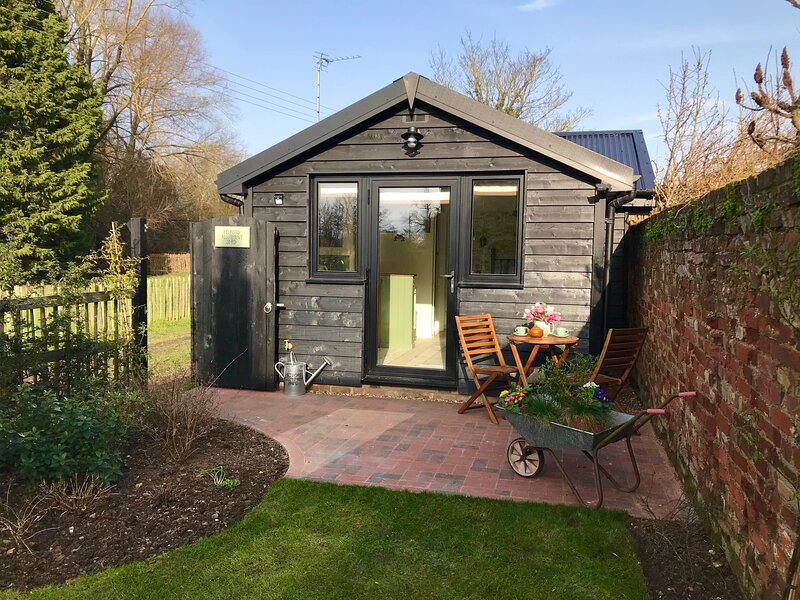 Melford Allotment Shed - Vintage Self Catering Accommodation in Suffolk, alquiler vacacional en Stradishall