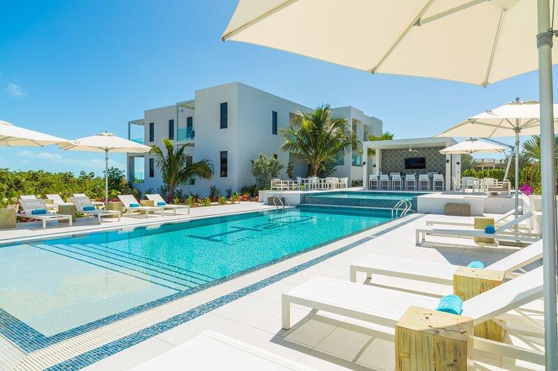 H2O LifeStyle Resort | 2BR w/Gorgeous Oceanviews!, location de vacances à Five Cays Settlement