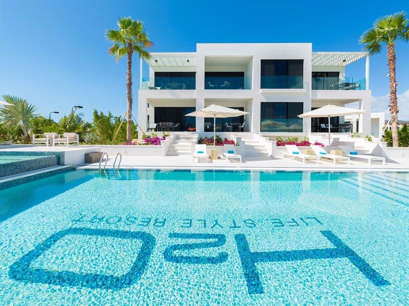 Astounding LifeStyle Resort Condo w/Ocean View *H2O in Long Bay Beach, aluguéis de temporada em Five Cays Settlement