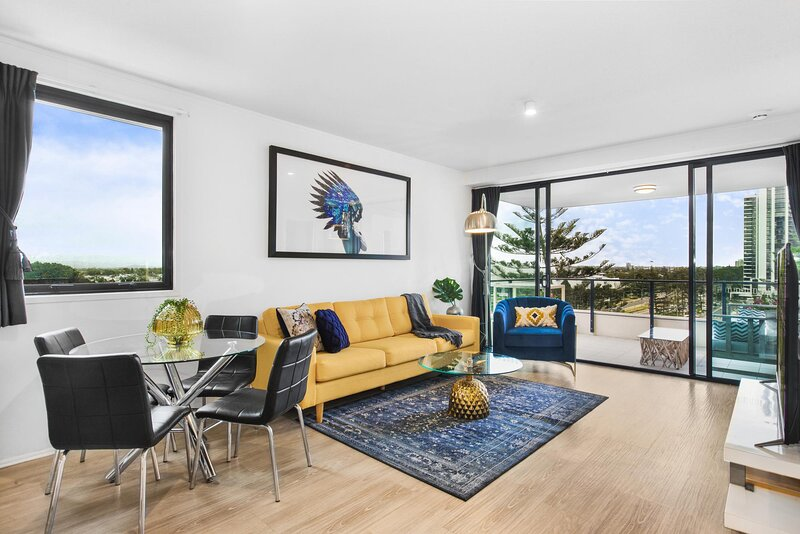 Chic Water-View Unit with Spa Bath 500m from Beach, vacation rental in Broadbeach