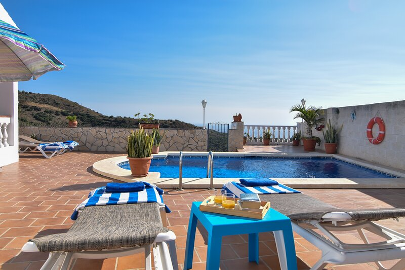 Casa el Pino- Lovely  villa with pool and sea view, A/C and free WIFI, vacation rental in Torrox