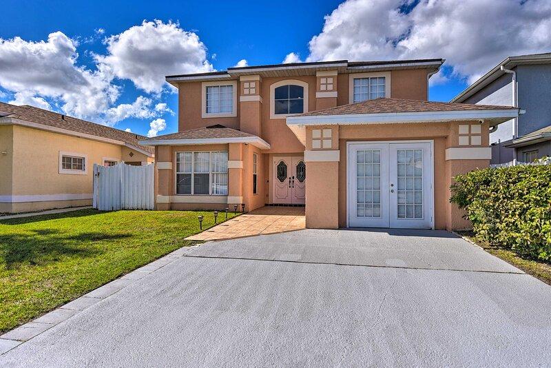 NEW! Orlando Home w/ Lake View, Pool & Game Room!, location de vacances à Saint Cloud
