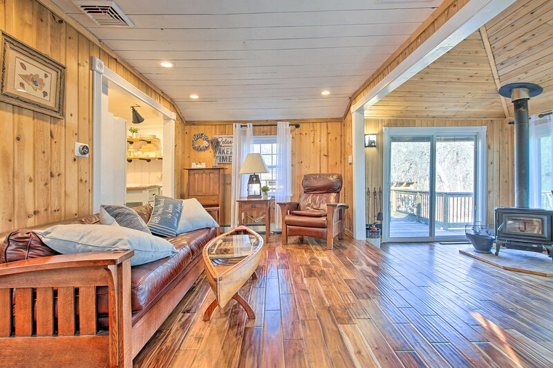 NEW! Lakefront Cottage w/ Fire Pit, Grill & Views!, holiday rental in East Hampton
