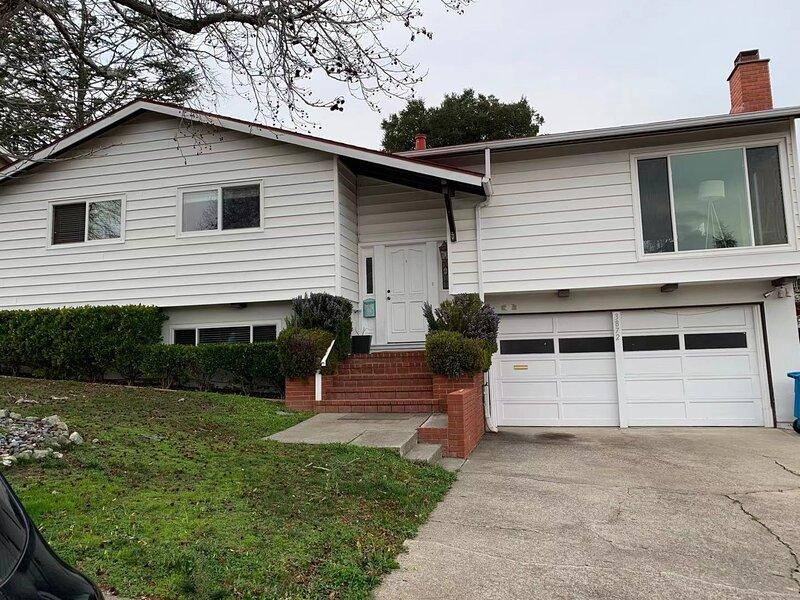 Huge entire house 4BR/3BA/Balcony/Pet friendly, vacation rental in Woodside