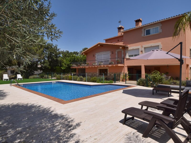 VILLA GAUDI, HOUSE FOR 10 PEOPLE, WITH PRIVATE SWIMMING POOL AND GARDEN, holiday rental in Romanya de la Selva