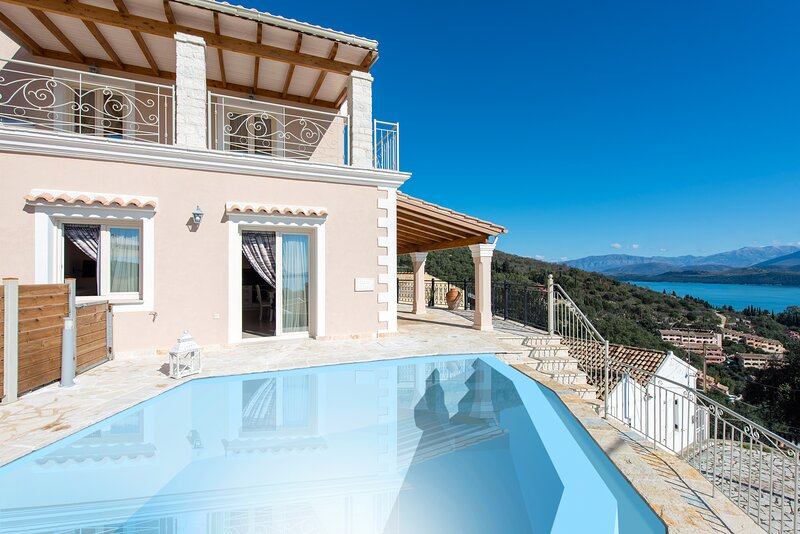 Villa Frosso: Large Private Pool, Walk to Beach, Sea Views, A/C, WiFi, holiday rental in Vigla