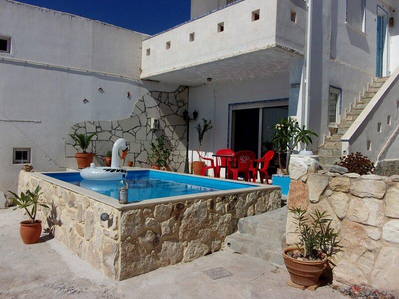 Appartement 45m2 en rez de chaussee avec terrasse et piscine, location de vacances à Zakros
