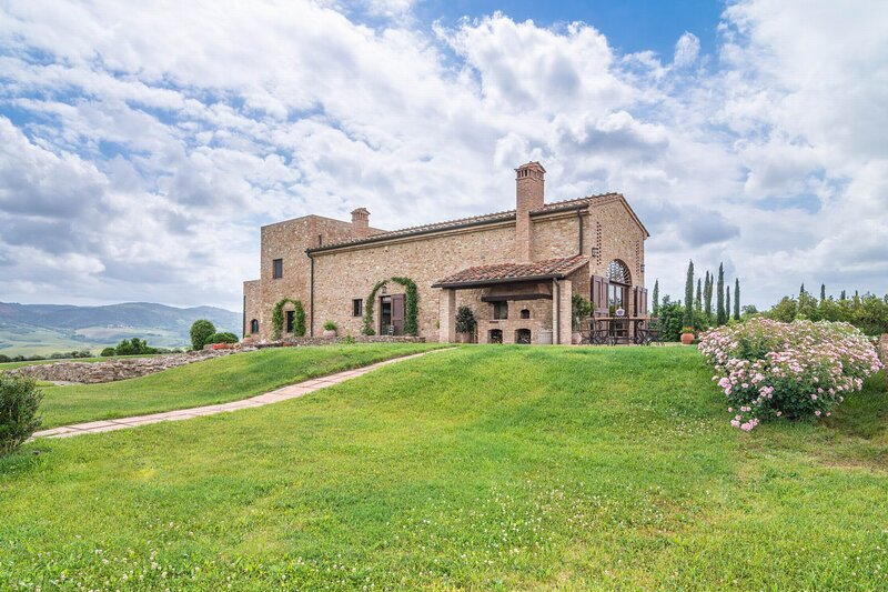 Stunning Villa in the heart of Tuscany,A/C,Wi-Fi,Pool,Heliport,quiet located, holiday rental in Peccioli