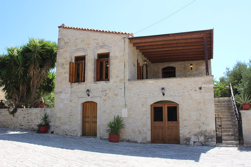 Historical stone house, holiday rental in Zoniana