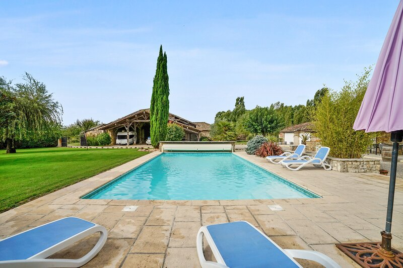 Amazing villa with swimming-pool, holiday rental in Trentels
