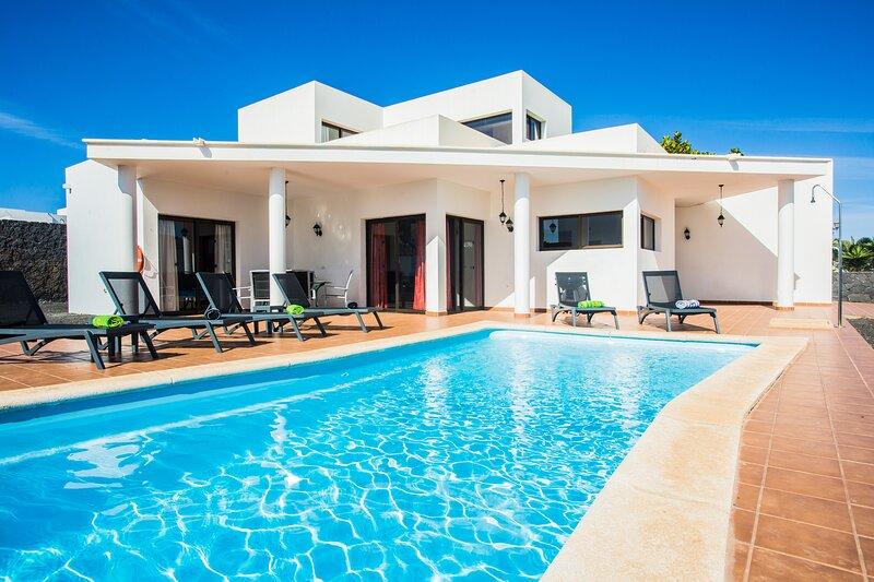 Inviting 3-Bed Villa in Playa Blanca, holiday rental in Playa Blanca