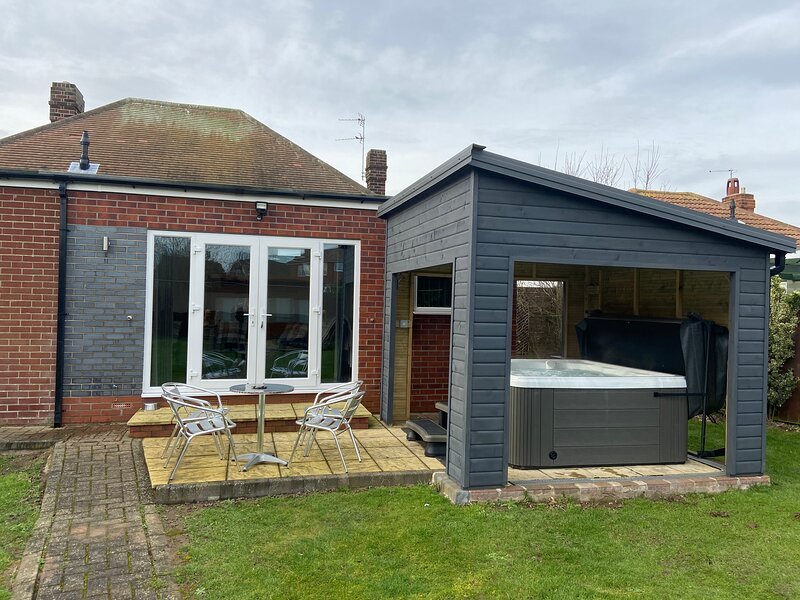 BeRo bungalow with a hot tub, 5 minute walk from the beach!, holiday rental in Patrington