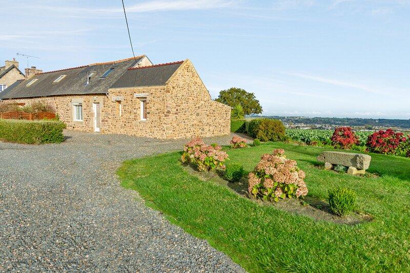 Nice house with sea view & terrace, location de vacances à Plouézec