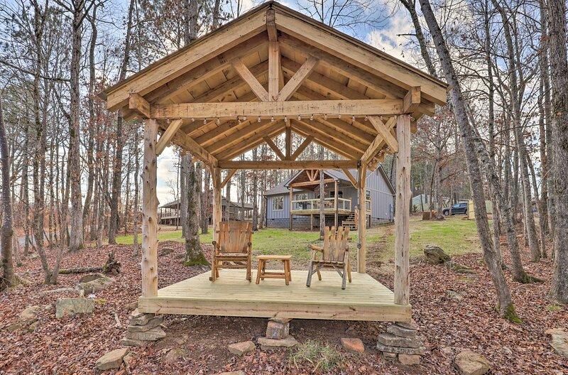 NEW! Creek-View Getaway w/ Deck, Yard + Fire Pit!, holiday rental in Armuchee