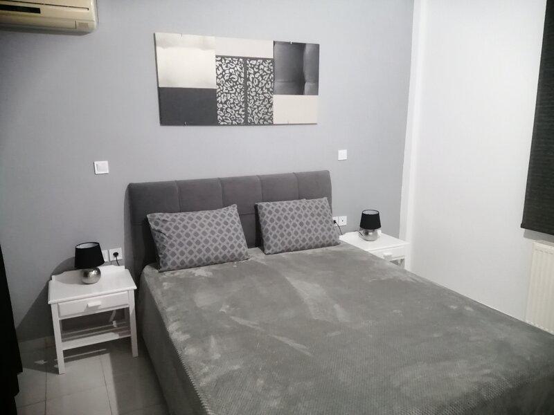 Beautifull 3rd Floor apartment just 500m from the beach, location de vacances à Kalathas